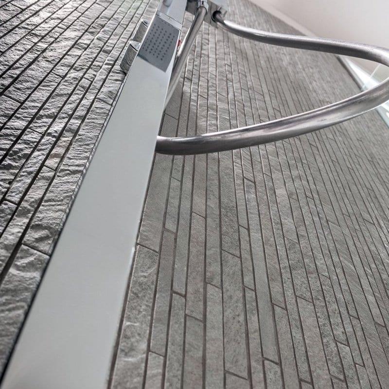 progettare il bagno particolare colonna doccia e mosaico in gres effetto pietra