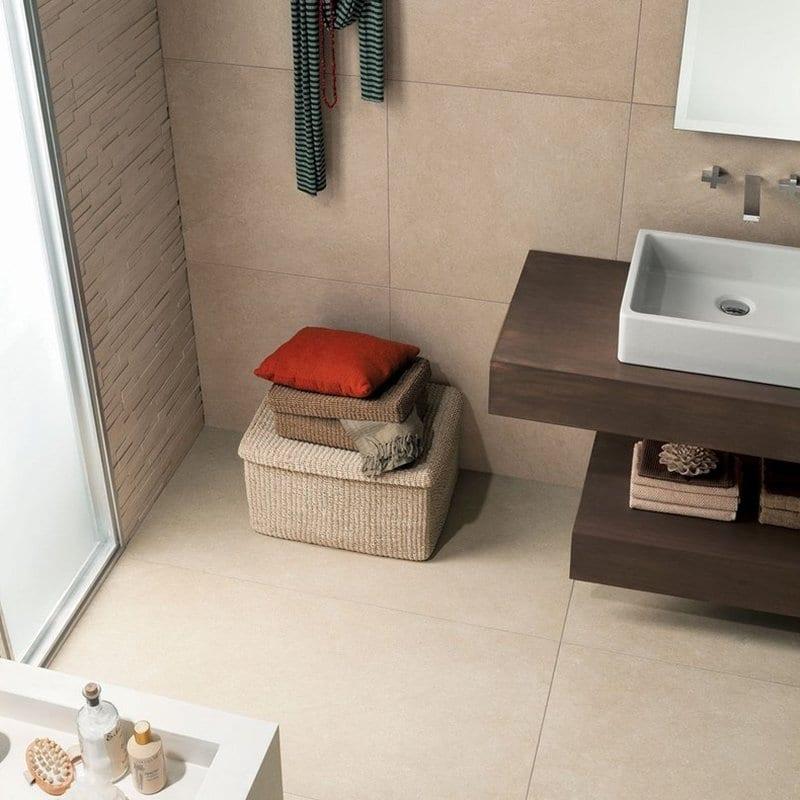 progettare il bagno con pavimenti grande formato color sabbia