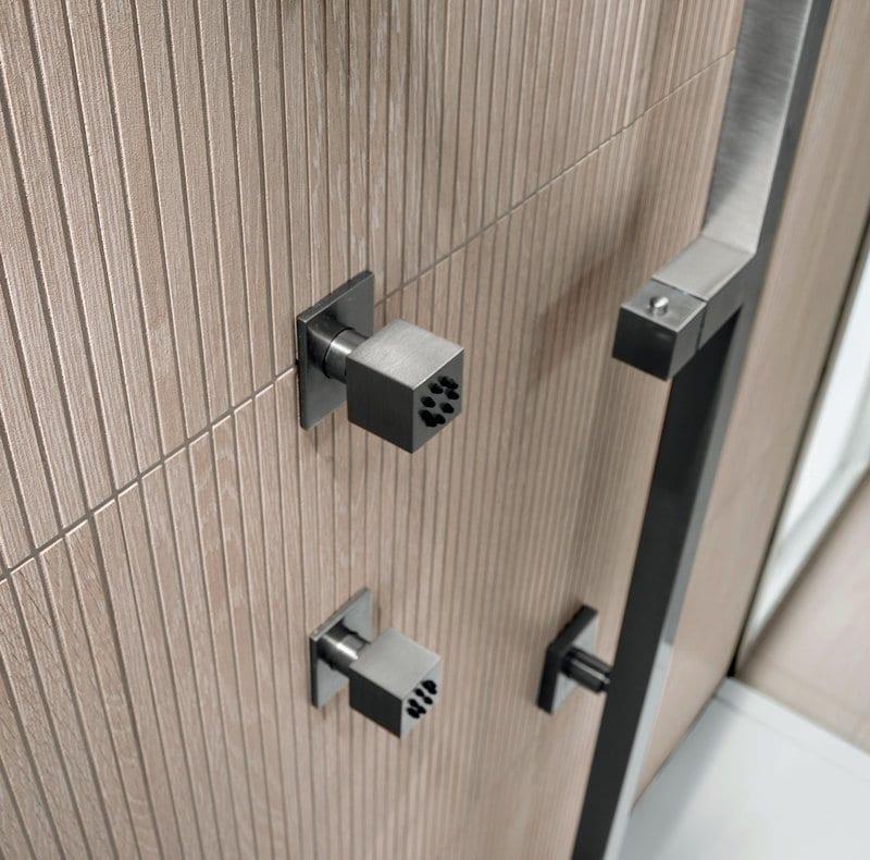 progettare il bagno padronale particolare dell'interno doccia con soffioni verticali