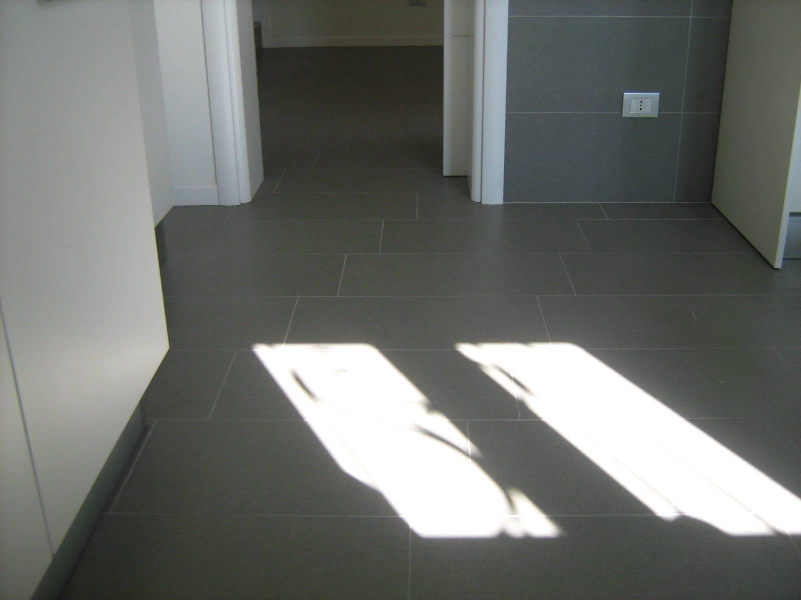 pavimento grigio cemento
