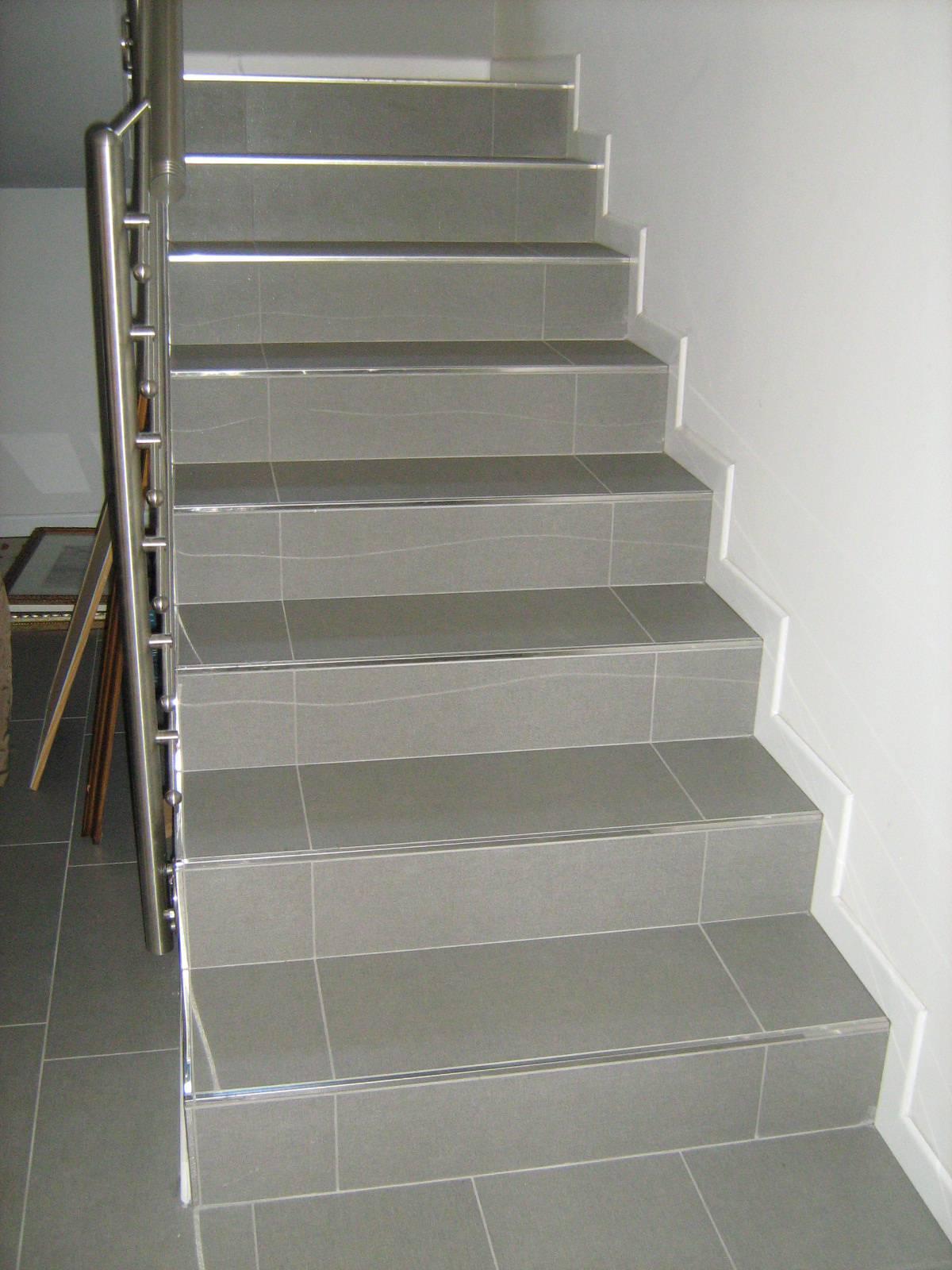 scala piastrellata grigio cemento